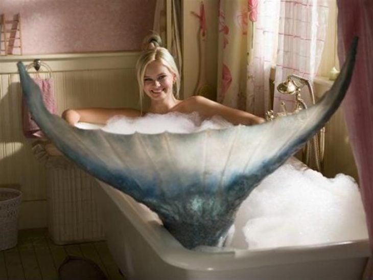 escena de la película Mi amiga la sirena, una sirena dentro de una bañera con espuma