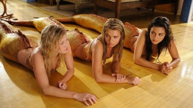 Escena de la película H2O: Sirenas del mar, tres amigas sirenas recostadas en el piso