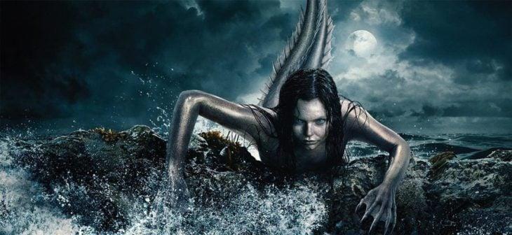 Escena de la serie Siren con una sirena saliendo dle mar en medio de la noche