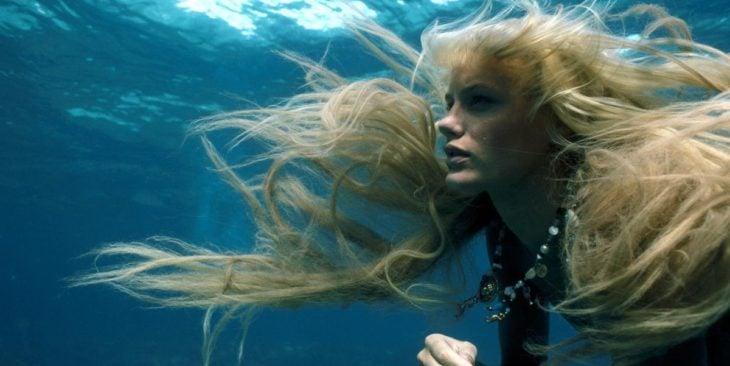 Escena de la película Un, dos, tres... Splash, con una sirena nadando debajo del mar