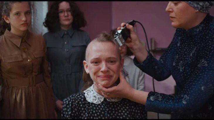 Escena de la serie Poco ortodoxa, chica llorando al raparle la cabeza