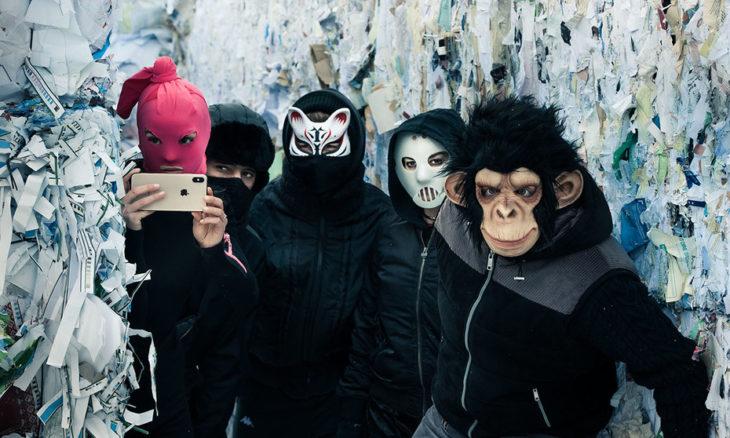 Escena de la serie alemana Somos la ola, grupo de amigos llevando mascaras de simios, conejo y en tono rosa
