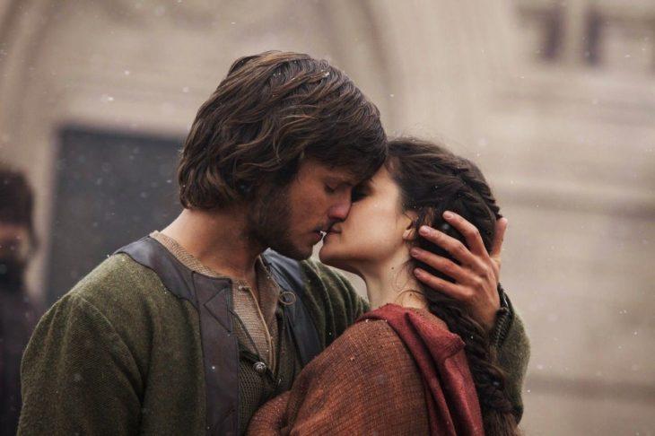 Escena de la serie alemana Un mundo sin fin, una pareja de novios besándose
