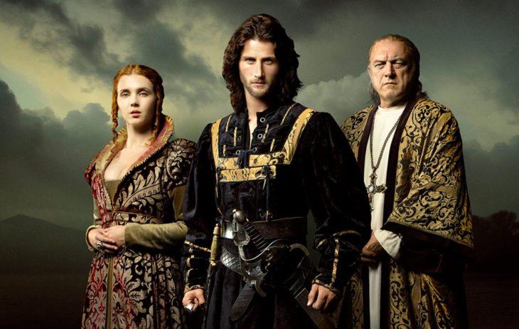 Escena de la serie Borgia, familia con trajes victorianos posando para un retrato