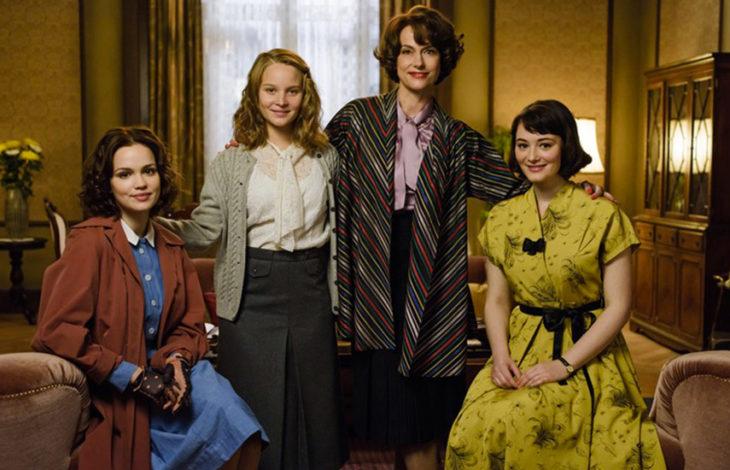 Escena de la serie Ku'damm 56, una madre y sus tres hijas posando para una fotografía familiar