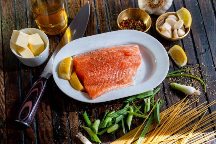 Ingredientes para preparar salmón