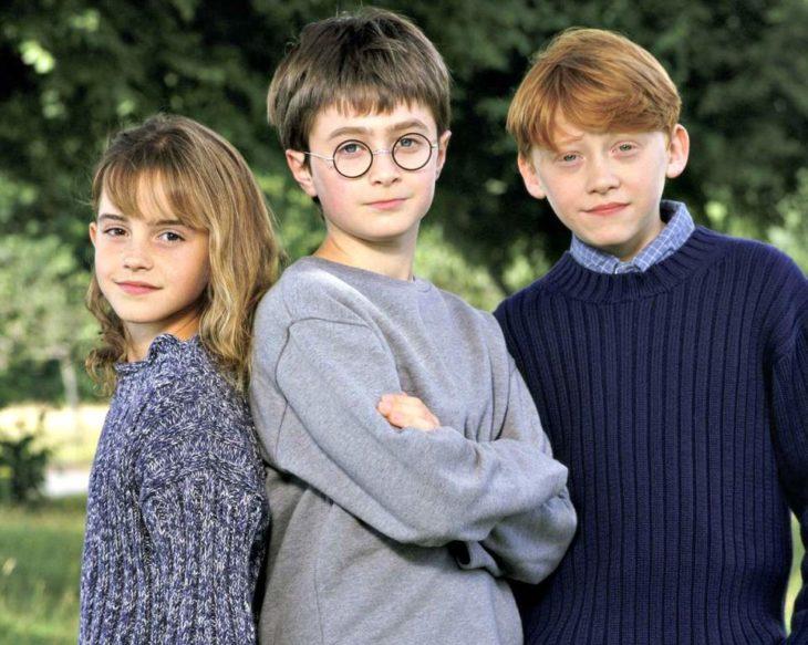 De izquierda a derecha: Emma Watson, Daniel Radcliffe y Rupert Grint después de las grabaciones de la primer película