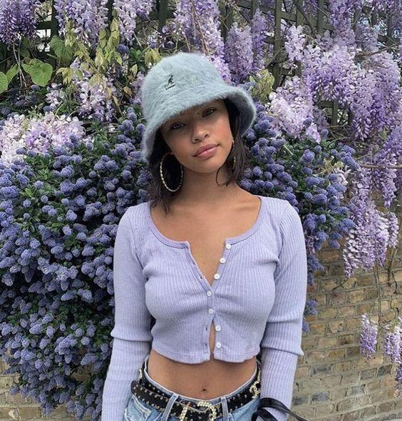 Chica con sombrero estilo pescador en tono morado con peluche