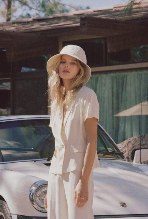 Chica llevando un conjunto en color beige ocn sombrero estilo pescador