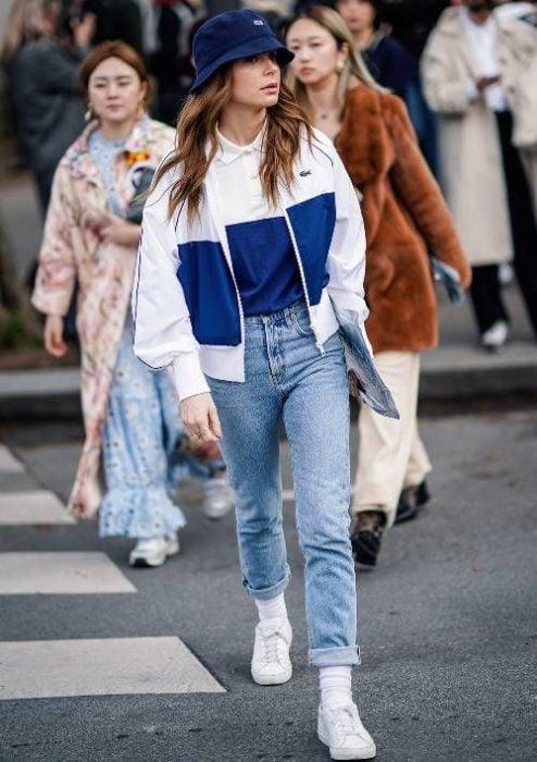 chica con conjunto de hoodie azul con blanco y sombrero estilo pescador