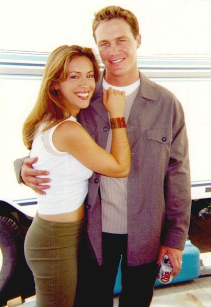 Alyssa Milano y Brian Krause abarzados para una fotografía casual