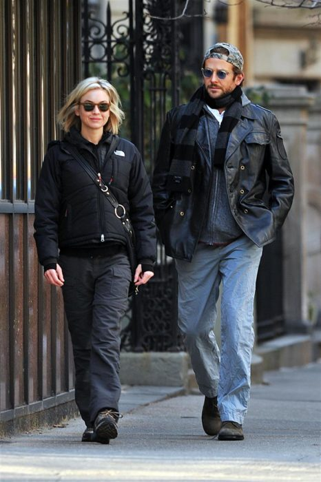 Bradley Cooper y Renée Zellweger caminando por las calles