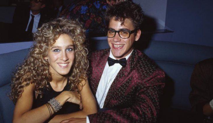 Robert Downey Jr. y Sarah Jessica Parker sonriendo en un restaurante