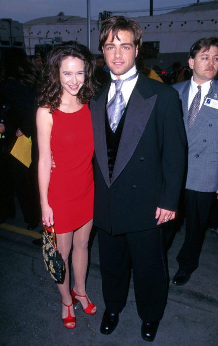 Jennifer Love Hewitt y Joey Lawrence en una fiesta de gala