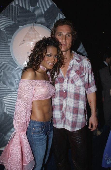 Janet Jackson y Matthew McConaughey abrazados