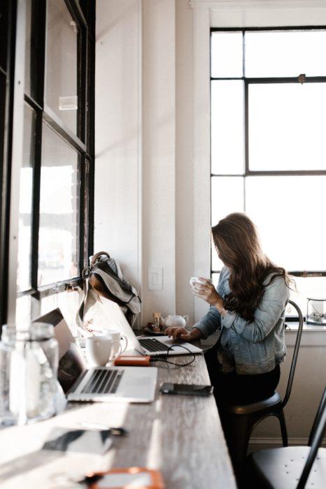 Chica trabajando y tomando café