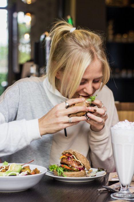 Mujer comiendo un wrap