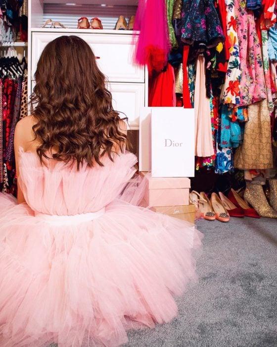 Foto para instagram de una chica en su closet