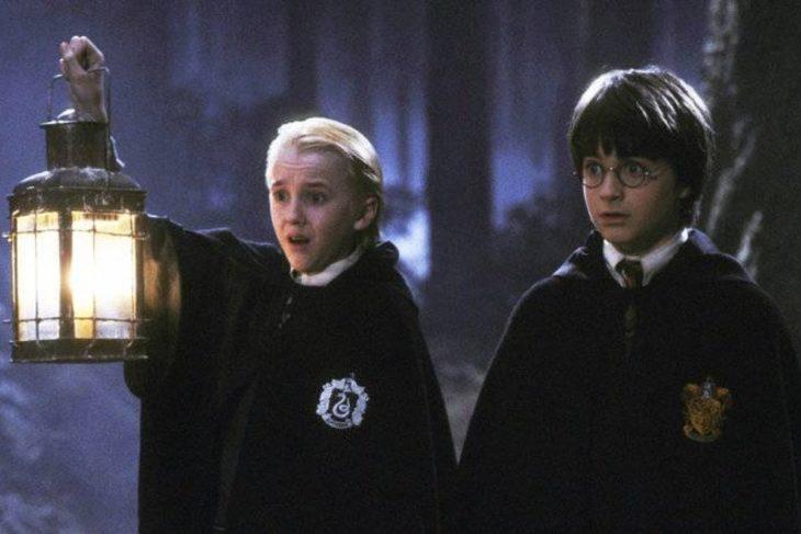 Draco y Harry en el bosque prohíbido durante el castigo del primer curso