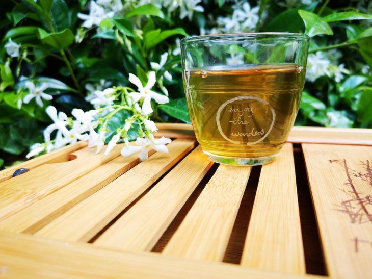 Taza de cristal con té verde