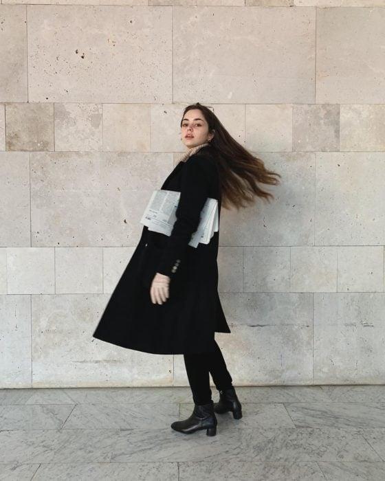 Chica usando un abrigo negro con cabello lindo