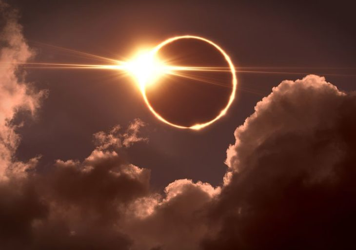 Cielo con eclipse solar y nubes