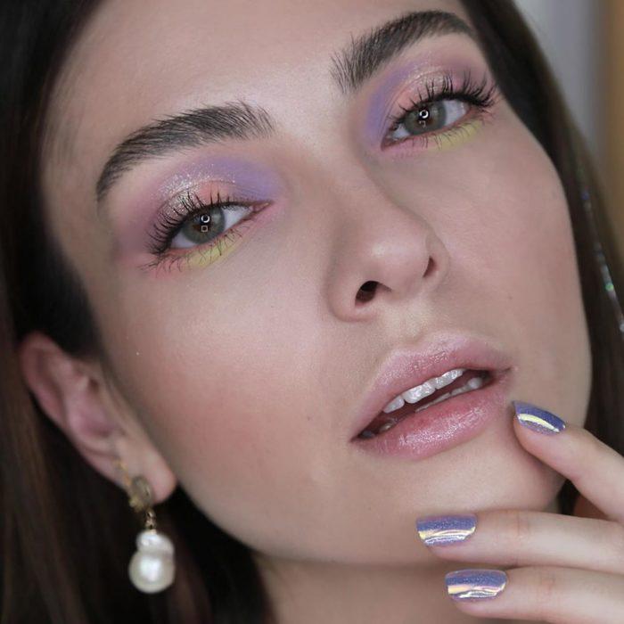 Foto para instagram de un maquillaje holográfico