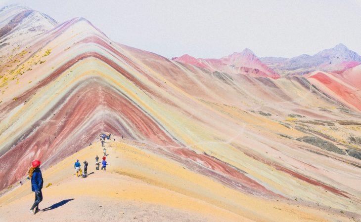 Camino de arena arcoíris en Perú