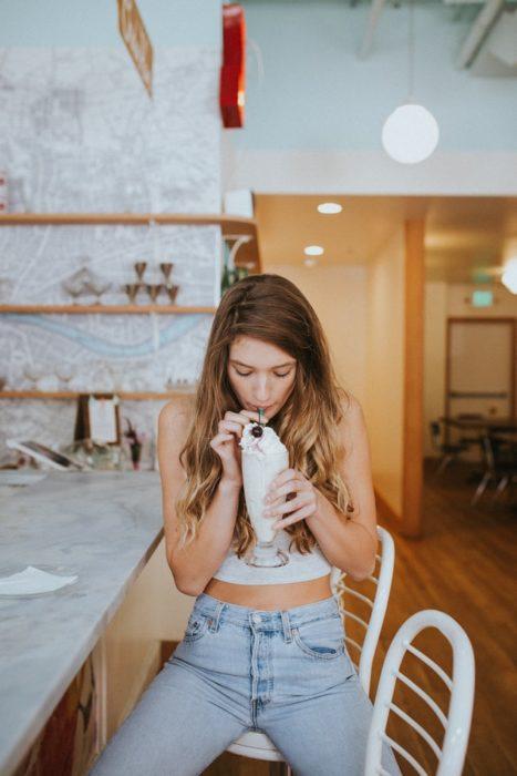 Chica tomando una malteada