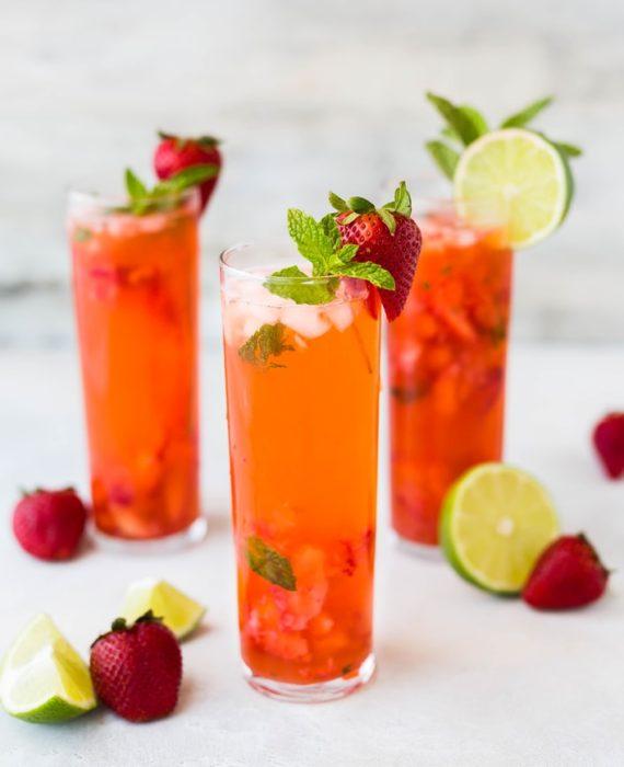 vasos con agua de frutas natural