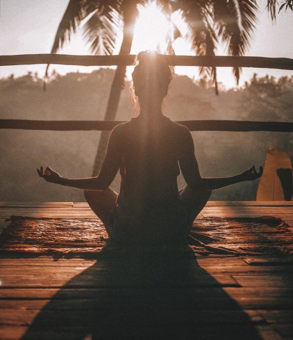 Mujer meditando al exterior