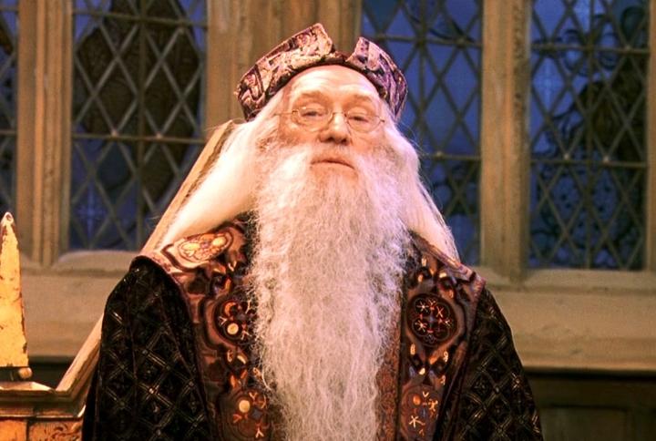 Dumbledore en la cena de fin de curso en la película de 'Harry Potter y la piedra filosofal'
