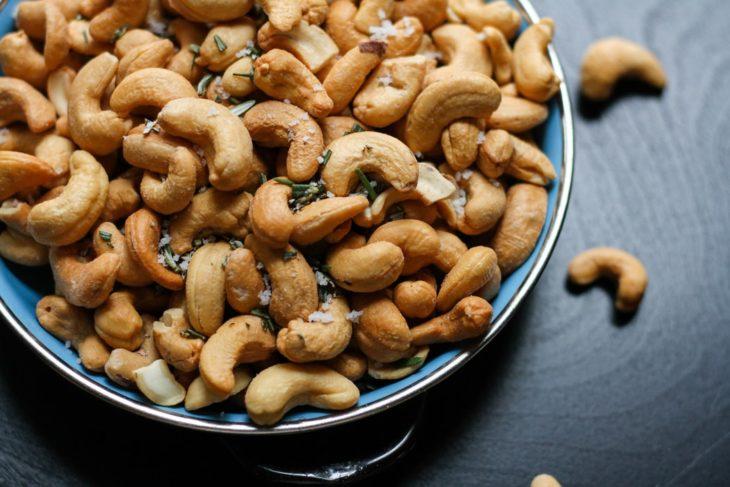 tazón con nueces de la india