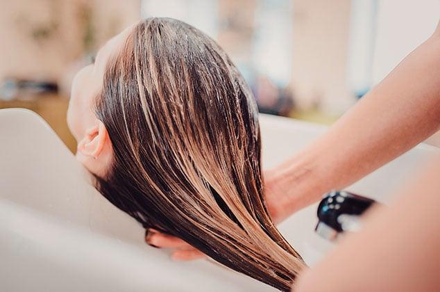 Chica a la que le lavan el cabello