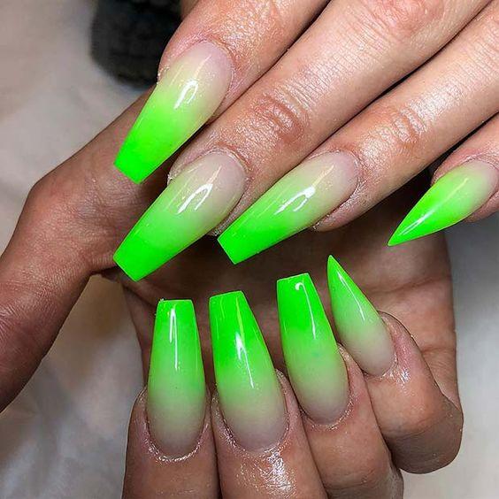 Uñas asimétricas color verde neón