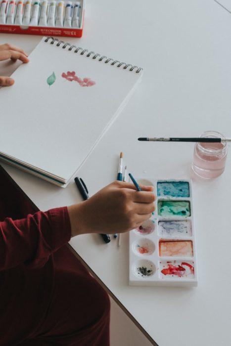Chica pintando con acuarelas