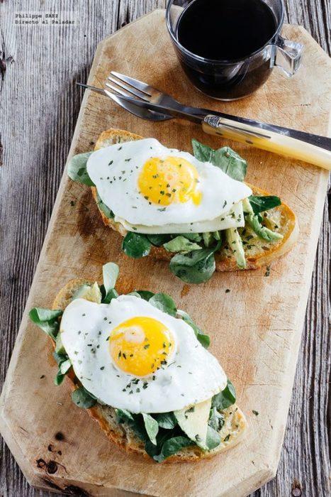 huevos cocidos sobre rebanadas de pan tostado
