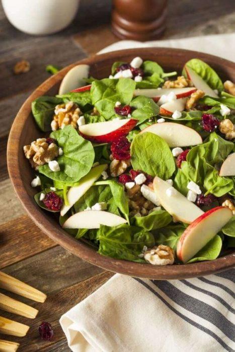 Ensalada con hojas verdes, manzana y nueces