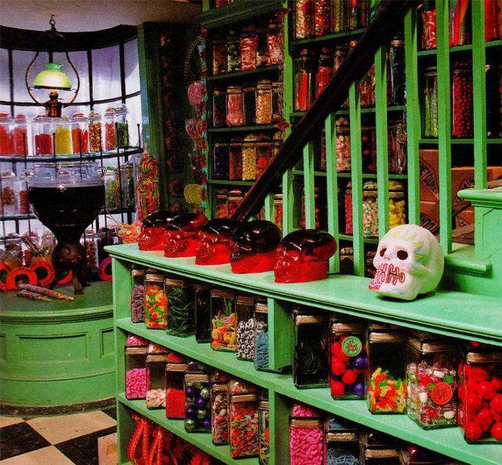 Dulcería Honeydukes de Hogsmeade decorada con dulces mexicanos