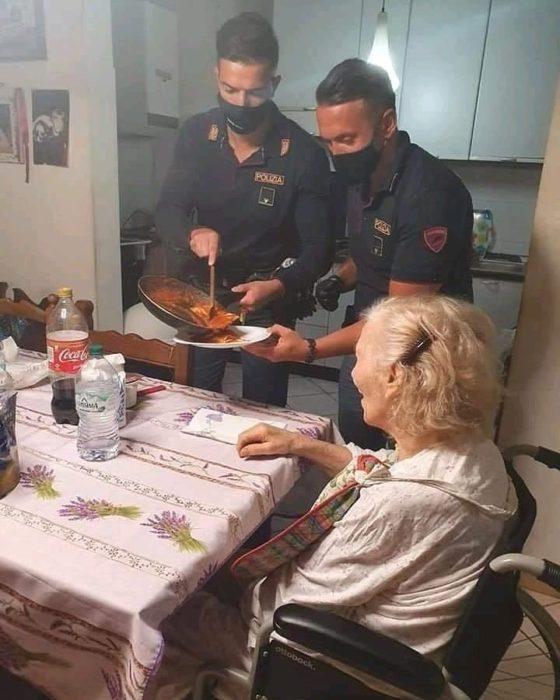Policías ayudan a ancianita a preparar la cena