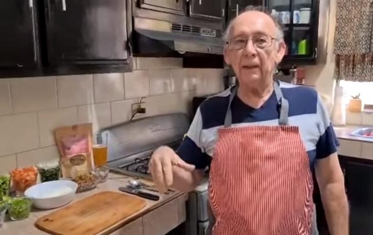 Abuelito pierde su trabajo y abre canal de cocina en YouTube