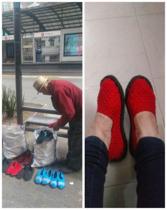 Abuelito acomodando un stand con zapatos tejidos