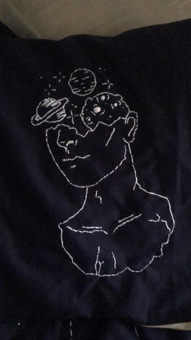 Diseño de bordado en almohada