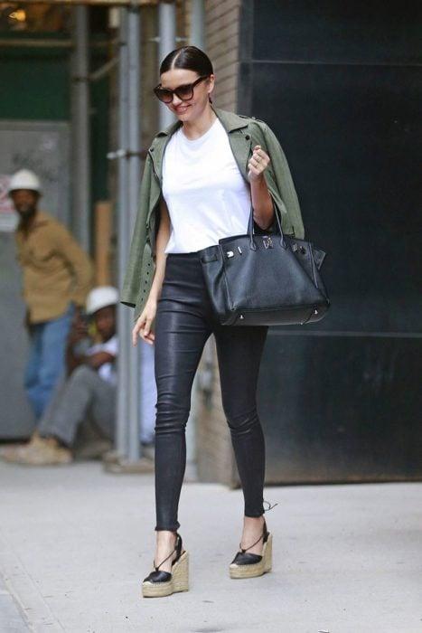 Outfit con alpargatas y leggins de vinipiel