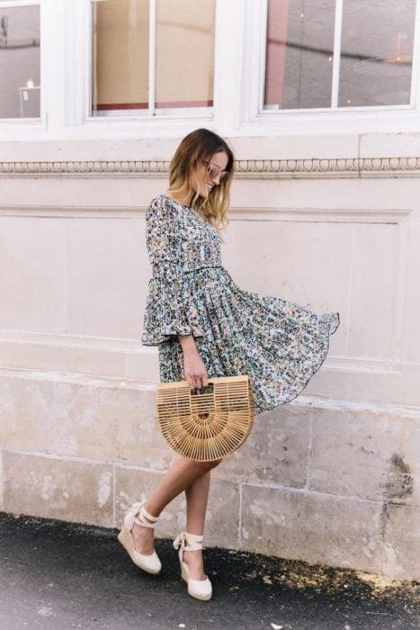 Outfit con alpargatas con vestido floreado