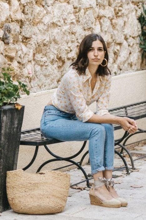 Outfit con alpargatas con jeans