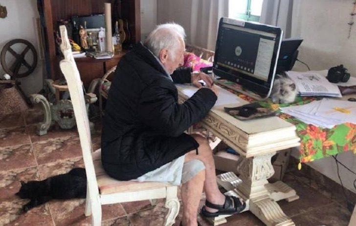 Carlos Augusto Manço en la computadora