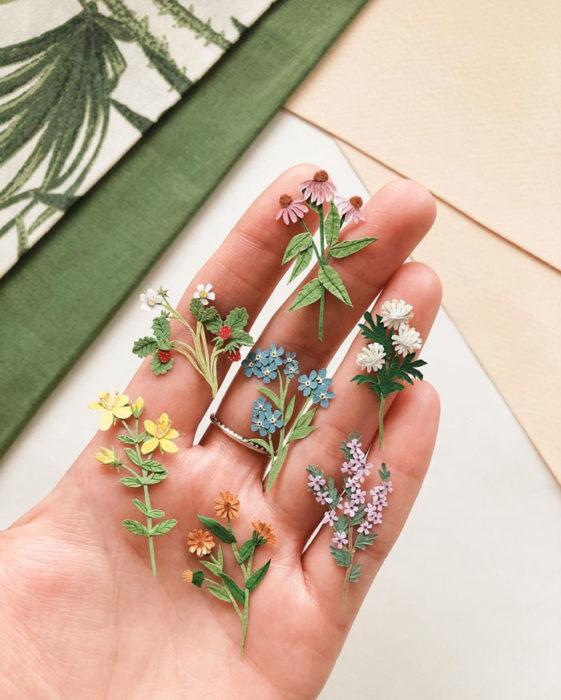 Miniramo de flores de papel de la artista Tania Lissova con flores blancas, amarillas y lilas