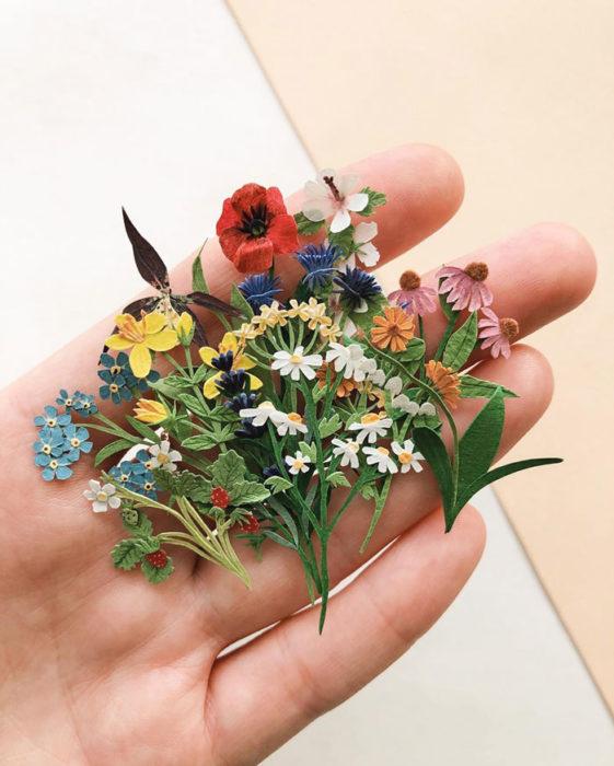 Miniramo de flores de papel de la artista Tania Lissova con margaritas rojas, blancas y amarillas