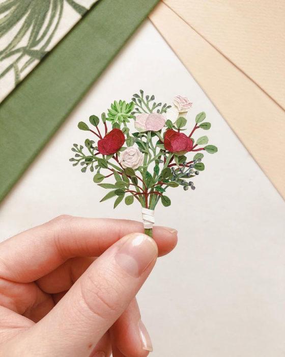 Miniramo de flores de papel de la artista Tania Lissova con rosas rojas, blancas y rosas